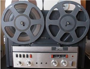 Revox A77mkII uitgevoerd als bandrecorder gemonteerd in koffer met 4 monitor speakers.